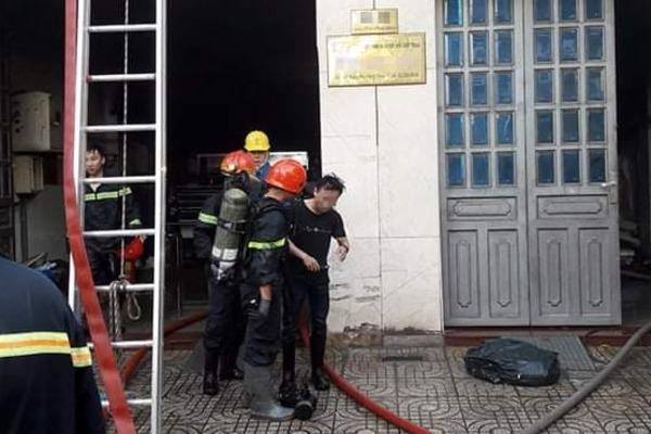 Khói lửa ngùn ngụt ở tầng trệt, 5 người mắc kẹt đu dây