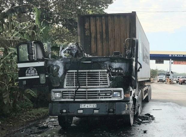 Vừa qua trạm thu phí, xe container bốc cháy ở Bình Phước