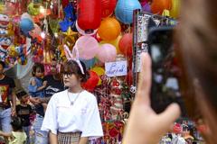 Công an đi khuất, tiểu thương treo lại biển 'cấm chụp ảnh' ở Hàng Mã