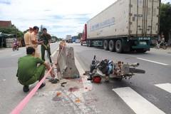 Xe container cán chết cụ ông, lao sang đường tông trúng một phụ nữ rồi lật nghiêng