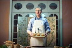 Đại sứ Mỹ mê mùa thu Hà Nội, say sưa làm bánh nướng đặc biệt