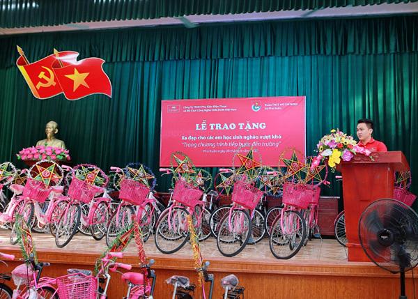 Tặng 36 xe đạp cho trẻ nghèo Phú Xuân - Thái Bình