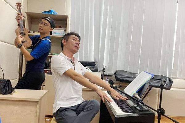 NSND Công Lý hài hước tạo dáng cùng diễn viên Minh Tít