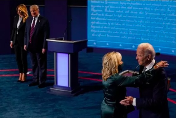Vợ chồng ông Biden âu yếm sau cuộc so găng đầu khiến dân mạng ngưỡng mộ