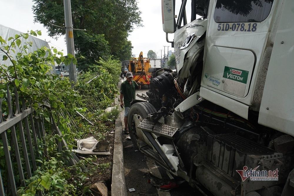 Xe container tông rất mạnh vào đuôi xe tải, tài xế kẹt cứng trong cabin vỡ nát