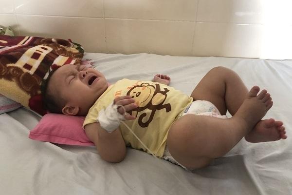 Trao gần 300 triệu đồng của độc giả VietNamNet đến bé Nguyễn Viết Anh