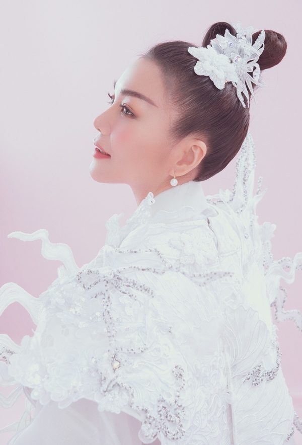 Thanh Hằng đẹp mơ màng trong thiết kế cổ trang của Thủy Nguyễn