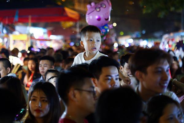 Mắc kẹt đêm trung thu phố cổ Hà Nội, kiệu trẻ con giữa biển người