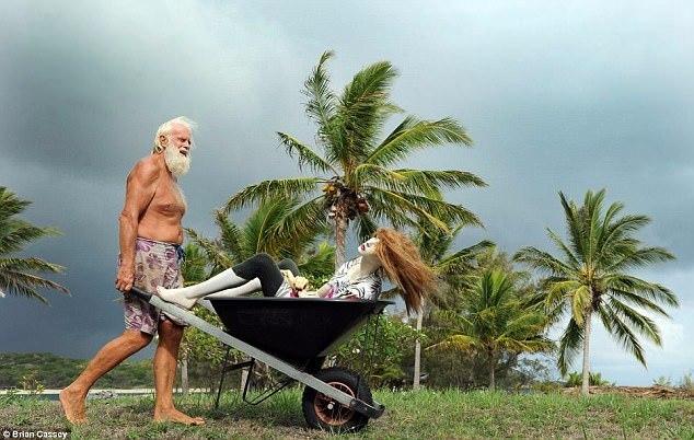 Giàu 'nứt đố đổ vách' rồi phá sản, 2 đại gia BĐS sống ở đảo hoang, chui gầm cầu