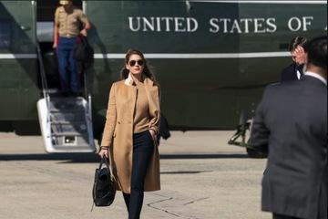 Nữ trợ lý xinh đẹp, thân cận nhất của ông Trump mắc Covid-19