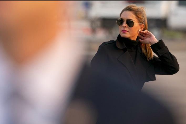 Nữ trợ lý xinh đẹp, gần gũi nhất của ông Trump mắc Covid-19