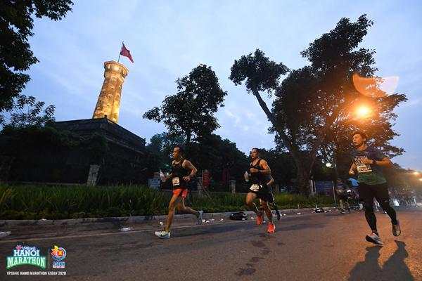 Chạy marathon 'đón bình minh' cùng VPBank