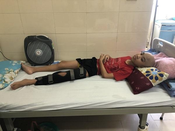 Cậu bé ung thư xin mẹ 'đừng cắt chân' để tiếp tục được đến trường