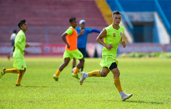Overseas Vietnamese midfielder chooses beautiful game over high-flying career