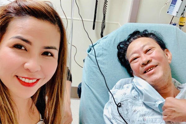 Nhạc sĩ Lê Quang gầy rộc sau phẫu thuật cắt bỏ bàn chân phải