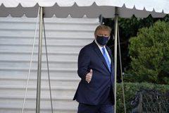 Hình ảnh ông Trump lên trực thăng đến viện điều trị Covid-19