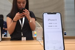 Dân buôn trông chờ vào 'cánh cửa hẹp' để đưa iPhone 12 về Việt Nam