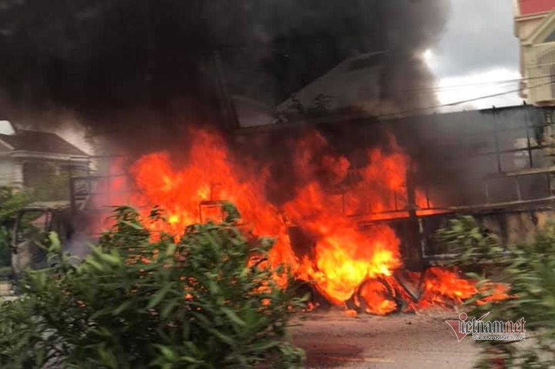 Xe tải cháy ngùn ngụt trên QL1A đoạn qua Nghệ An