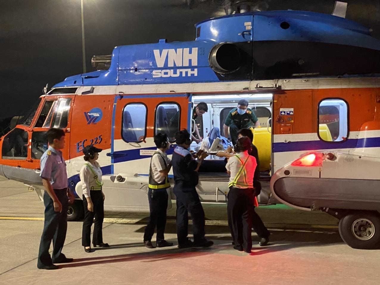 Trực thăng quân đội cấp cứu ngư dân bị đột quỵ ở Trường Sa về đất liền
