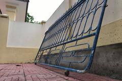 Cổng trường lại đổ sập, đè 1 học sinh bị thương