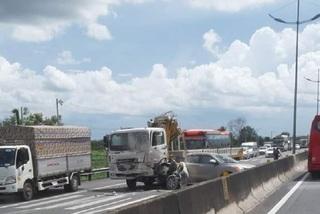 Tai nạn trên cao tốc, giao thông đi TP.HCM tê liệt