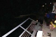 Ô tô đâm xe máy rồi lao xuống sông khiến 5 người tử vong