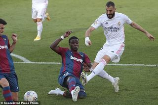 """Benzema """"thông nòng"""", Real Madrid chiếm ngôi đầu bảng"""