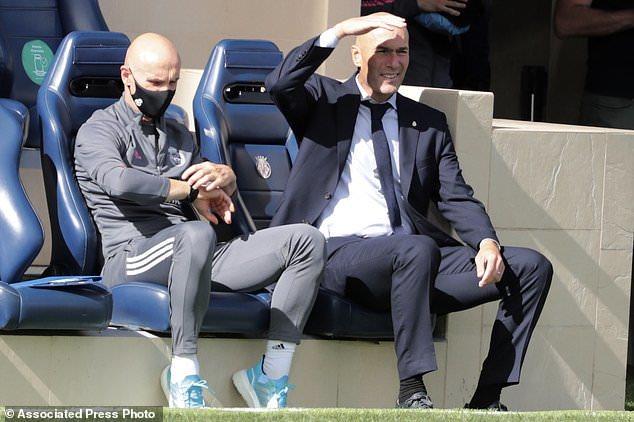 Benzema 'thông nòng', Real Madrid chiếm ngôi đầu bảng