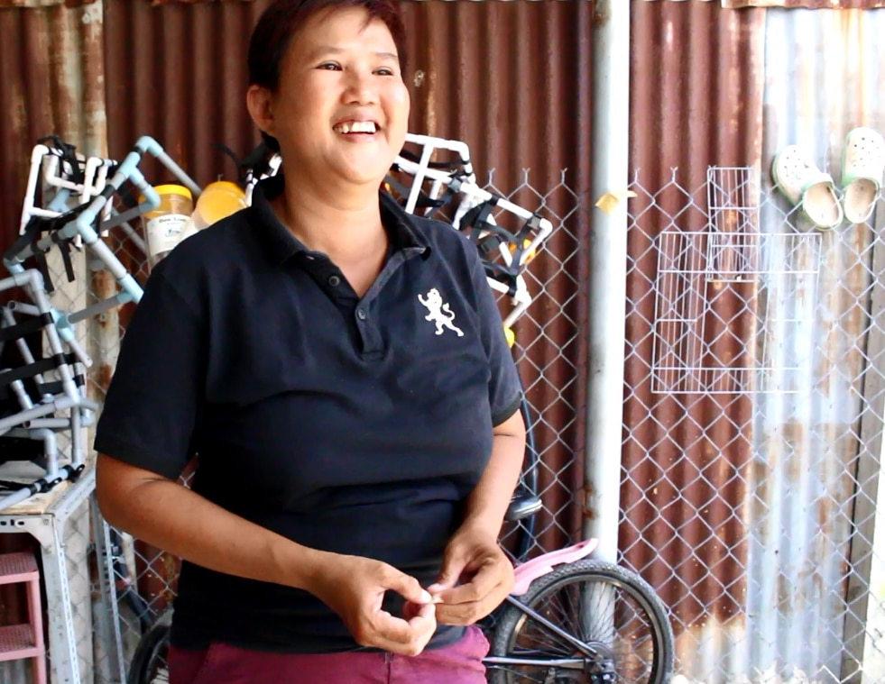 Người phụ nữ nặng lòng với chó mèo hoang, làm xe lăn cho thú cưng bị tật