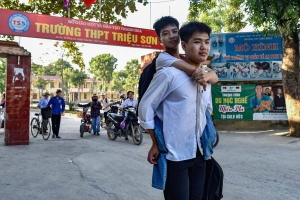 Trường Y Thái Bình miễn học phí cho nam sinh 10 năm cõng bạn đến trường