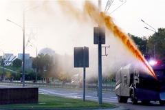 Người biểu tình Belarus biến vòi rồng thành đài phun nước di động