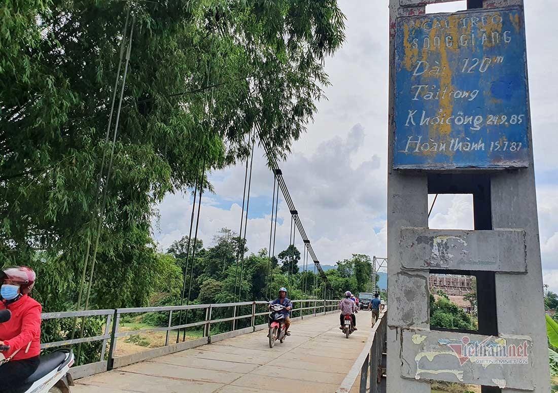 Hình ảnh cầu treo gỉ sét vụ ô tô đâm xe máy lao sông khiến 5 người chết