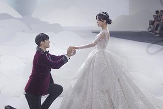 Cặp đôi 'Người ấy là ai' bất ngờ cầu hôn khi diễn ở show của NTK Linh Nga