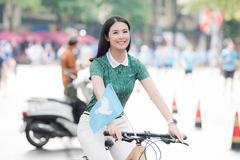 Ngọc Hân diện quần jeans áo pull đạp xe quanh Hồ Gươm
