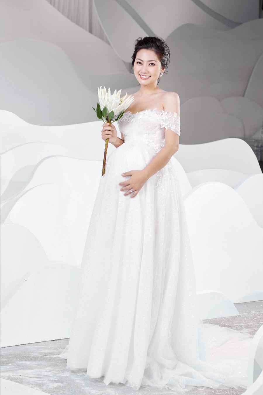 Ngọc Lan ôm bụng bầu trình diễn váy cưới