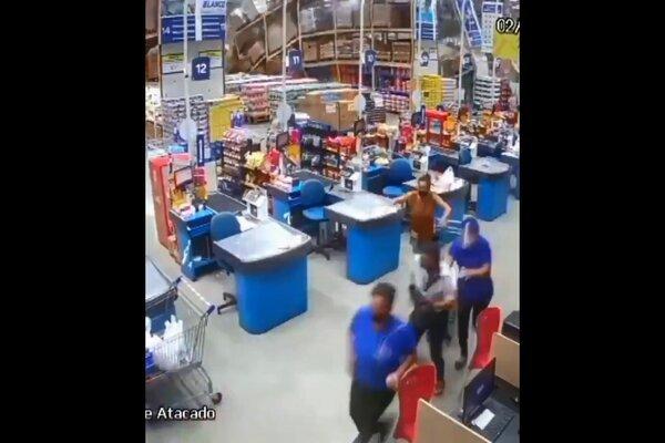 Kệ hàng siêu thị thi nhau đổ sập, khách hoảng loạn