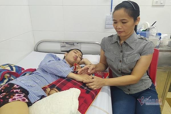 Mắc bệnh hiểm, thiếu nữ tiều tuỵ mù cả hai mắt, mẹ bán bò không đủ chữa bệnh