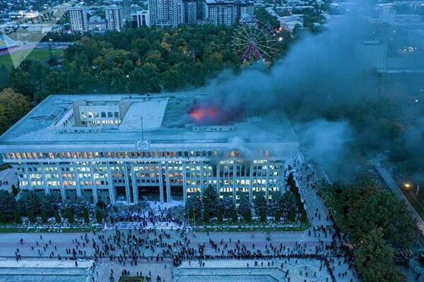 Người biểu tình phóng hỏa đốt 'Nhà Trắng' Kyrgyzstan