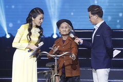 Elderly woman wins fame after rejecting handouts
