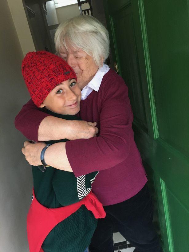 Cậu bé 11 tuổi đi bộ 2700km xuyên 2 quốc gia để được ôm bà