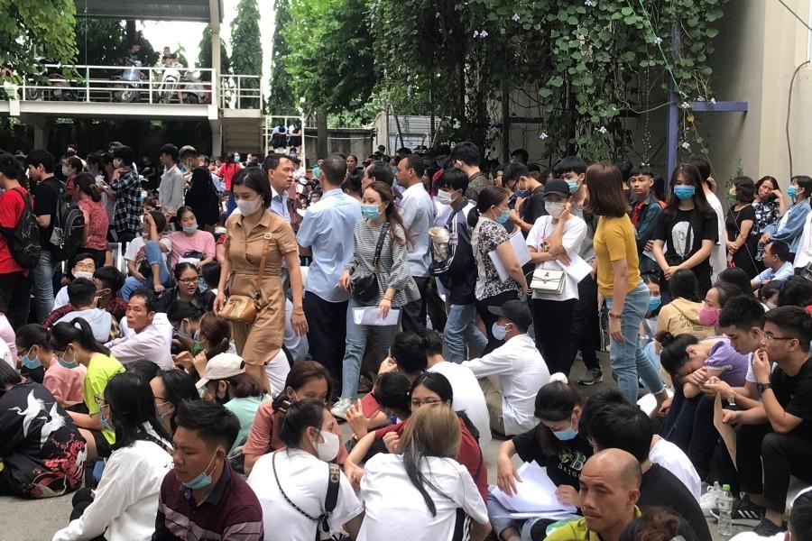 Hàng ngàn người xếp hàng xuyên đêm nộp hồ sơ vào đại học
