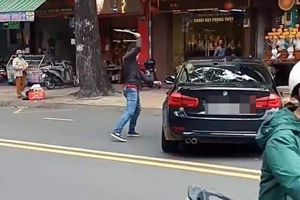 Nguyên nhân thanh niên vung gậy đập ô tô BMW trên phố Sài Gòn