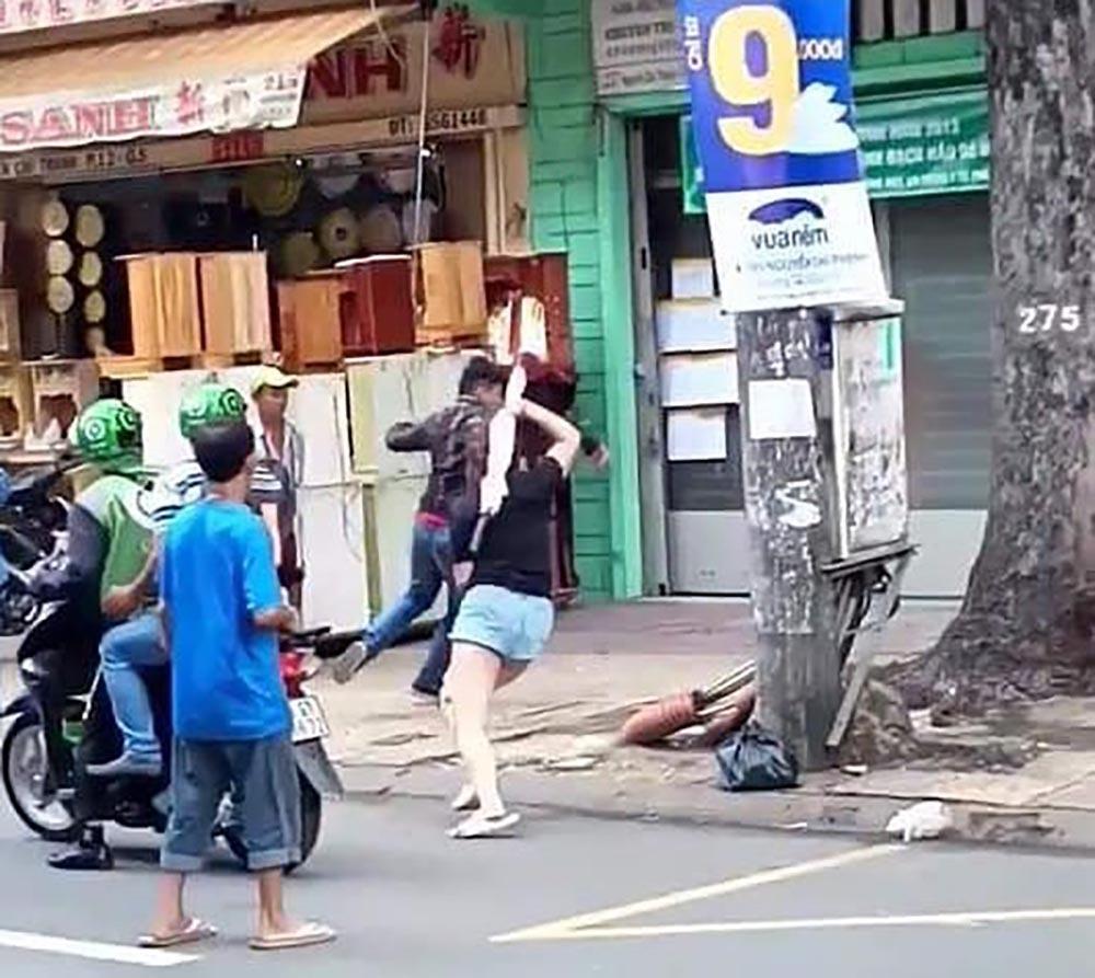 Mâu thuẫn với nữ tài xế BMW, thanh niên vung gậy đập xe giữa phố