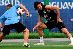 MU ngoan cố Cavani, Messi suýt về Chelsea