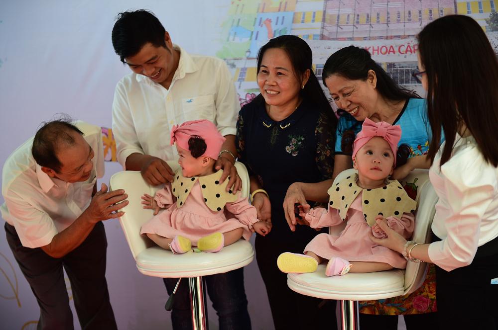 Hai bé Song Nhi xuất viện sau gần 3 tháng mổ tách dính thành công