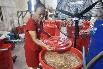 Người đàn bà đi nhặt thứ cả thành phố vứt đi mà kiếm tiền tỷ, giúp được bao nhiêu hộ nghèo