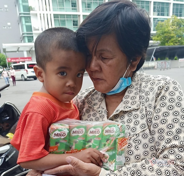 Mẹ trẻ ung thư xin cộng đồng cứu con trai 5 tuổi bị suy thận mạn