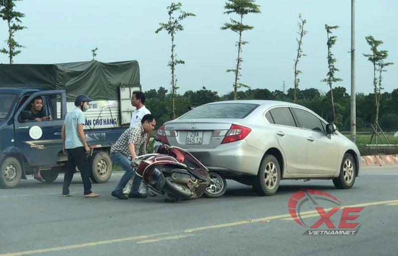 Tài xế ô tô đi lùi trên cầu vượt gây tai nạn còn hùng hổ đánh người