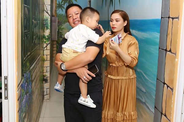 Nguyên Vũ nổi bật bên siêu xe 16 tỷ, Giang Hồng Ngọc được chồng hộ tống