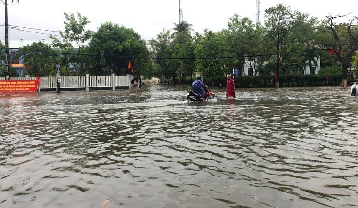 Mưa 'tối tăm mặt mũi', hàng loạt tuyến đường ở Quảng Nam ngập sâu
